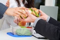 Distribución del almuerzo en la oficina Imagen de archivo libre de regalías
