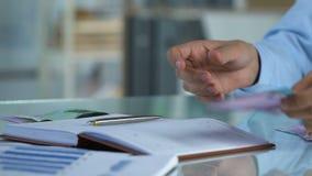 Distribución del dinero del planeamiento del hombre de negocios para aumentar su arranque, asunto privado metrajes