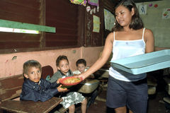 Distribuição alimentar na escola primária em Nicarágua Imagens de Stock Royalty Free