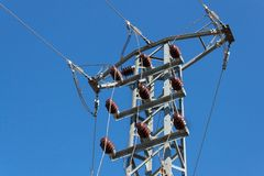 Distribuição da energia elétrica Linhas elétricas da alta tensão das colunas Produção de energia Imagem de Stock