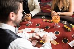 Distribuidor autorizado de la tarjeta que trabaja en un casino fotografía de archivo