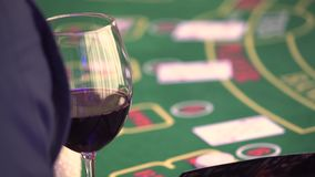 Distribuidor autorizado que separa la cubierta en el juego de p?ker en casino metrajes