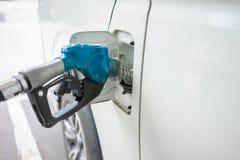 Distribuidor do combustível do carro no conceito do curso do centro de distribuição do óleo que reduz o uso da poluição do aqueci fotos de stock royalty free