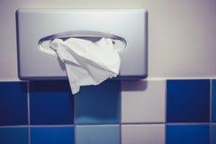Distribuidor do tecido no banheiro Imagem de Stock