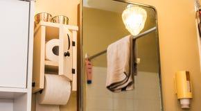 Distribuidor e suporte de madeira do papel higiênico do banheiro com a porta crescente da lua Mesmo no banheiro, o documento é fe Imagens de Stock Royalty Free