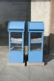 Distribuidores azuis do jornal no passeio, Tallinn, Estônia, Europa imagens de stock