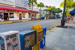 Distribuidores do jornal na rua de Duval imagens de stock