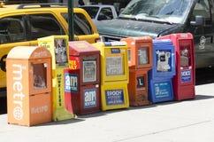 Distribuidores livres do jornal em uma rua de Manhattan fotografia de stock