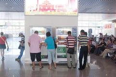 Distributeur automatique à la gare ferroviaire photo libre de droits