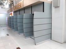 Distributeur automatique central de galerie dans le centre commercial photo stock