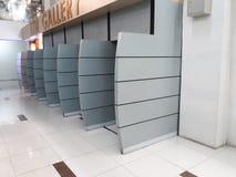 Distributeur automatique central de galerie dans le centre commercial images stock