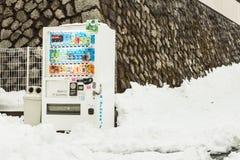 Distributeur automatique dans la neige Photographie stock libre de droits
