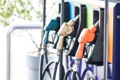 Distributeur d'huile au remplissage d'individu de station de pompage photo stock