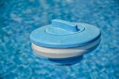 Distributeur de flottement pour le chlore dans la piscine photo libre de droits