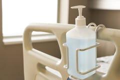 Distributeur de gel d'hygiène dans une chambre d'hôpital photographie stock