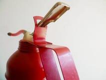 Distributeur rouge d'huile de graissage sur un fond blanc Image stock