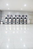Distributeurs automatiques avec des chocolats et la boisson froide Photo stock