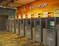 Distributeurs automatiques de billets d'atmosphère de change, aéroport d'Oslo Photos libres de droits