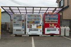 Distributeurs automatiques de diverses sociétés à Tokyo Image stock