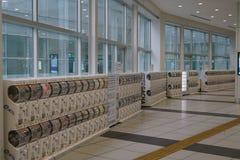 Distributeurs automatiques des coquilles d'oeuf en plastique, GACHA ou Gachapon, étage international de terminal pour passagers d Photos libres de droits