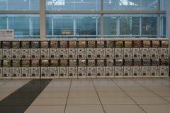 Distributeurs automatiques des coquilles d'oeuf en plastique, GACHA ou Gachapon, étage international de terminal pour passagers d Image stock