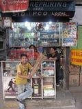 Distributeurs avec des téléphones portables Photo stock