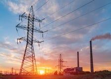 Distributie elektrisch hulpkantoor met machtslijnen en transformatoren, bij zonsondergang royalty-vrije stock foto's