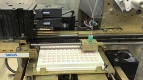 Distribution automatisée de médicaments antiviraux antiprotéasiques dans les laboratoires d'essais médicaux banque de vidéos