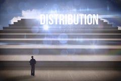 Distribution contre des étapes contre le ciel bleu Image libre de droits