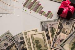 Distribution d'argent, de planification financière, de dollars dans les enveloppes, et d'un boîte-cadeau avec un arc rose image libre de droits