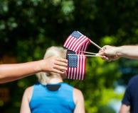 Distribution des drapeaux Images libres de droits