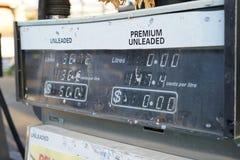 Distributore automatico diesel della benzina con i prezzi nei dollari fotografia stock libera da diritti