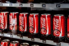 Distributore automatico in pieno delle latte della coca-cola immagini stock libere da diritti