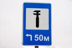 Distributore di benzina del segnale stradale a sinistra immagini stock