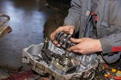 Distributore di benzina di riparazione del motore Fotografia Stock