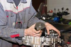 Distributore di benzina di riparazione del motore Immagini Stock