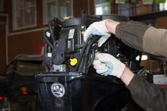Distributore di benzina di riparazione del motore Immagine Stock Libera da Diritti