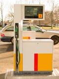 Distributore di benzina - iniettore con l'automobile Fotografia Stock