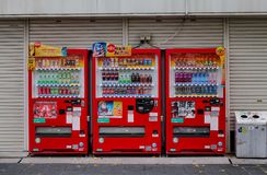 Distributori automatici sulla via a Himeji, Giappone fotografia stock libera da diritti