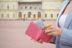 Distribuye del monedero 20 euros del palacio histórico Concepto del viaje, comprar boletos Fotografía de archivo