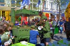 Distribuzione del porridge del soldato in occasione della vittoria in Yaroslavl Immagini Stock Libere da Diritti