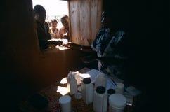 Distribuzione delle medicine ad un accampamento in Angola. Fotografia Stock Libera da Diritti