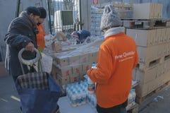 Distribuzione di cibo ` quotidiano форточки ` povere persone Стоковые Изображения