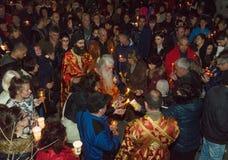 Distribuzione di Pasqua di fuoco santo nel monastero di St George in Pomorie, Bulgaria Immagini Stock Libere da Diritti