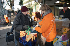 Distribuzione di viveri libera vicino al ` di quotidiano della lastra di vetro del ` di associazione immagine stock