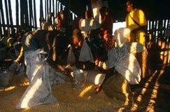 Distribuzione di viveri per la gente spostata in Angola Fotografie Stock Libere da Diritti