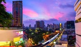 District des affaires de Bangkok avec le train de ciel dans le premier plan a photo stock