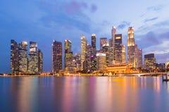 District des affaires de Singapour, ciel crépusculaire et belle vue de nuit pour la baie de marina image libre de droits