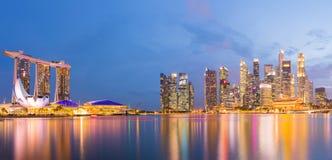 District des affaires de Singapour, ciel crépusculaire et belle vue de nuit pour la baie de marina photo stock