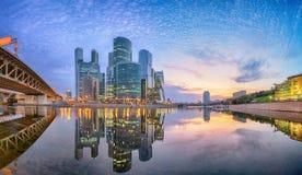 District des affaires de ville de Moscou se reflétant en rivière de Moskva photo libre de droits